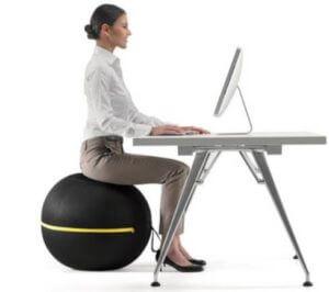 バランスボールを椅子代わりに