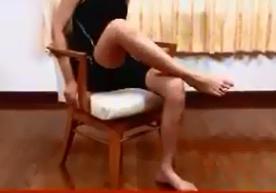 椅子に座りながらふくらはぎを揉む方法